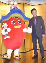 南座公式キャラクターの「みなみーな」とともに撮影に応じる十代目・松本幸四郎 (C)ORICON NewS inc.