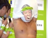 梅宮辰夫の体ものまねのまま笹かまを食べる秋山竜次 (C)ORICON NewS inc.