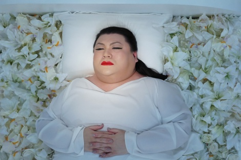 5月29日放送予定、テレビ東京『マツコ、昨日死んだってよ。』棺の中のマツコ・デラックス(C)テレビ東京