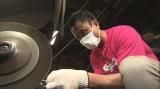 大阪・ABCテレビの情報番組『おはよう朝日です』手作りキーホルダを作るため、ステンレス板のバリ取りを行う岩本計介アナ(5月10日放送VTRより)(C)ABC