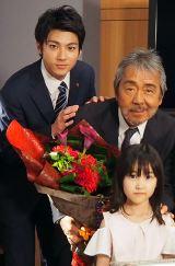 5月18日に71歳の誕生日を迎えた寺尾聰(右)と山田裕貴(左)、手前は琴美役の庄野凛ちゃん (C)ORICON NewS inc.