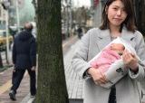 「赤ちゃん」デザイン。抱えればママの気分を味わえる?