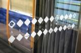 和紙や寄せ小紋、江戸切子などの柄と、沿線由来のイラストをちりばめた内装