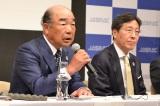 「2018年定例記者会見」に出席した、(左から)JASRAC会長のいではく氏、理事長の浅石道夫氏(5月23日=東京・けやきホール)