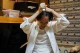 第8話(5月25日放送)より。自らバリカンで髪を刈り上げる宮本(池松壮亮)(C)「宮本から君へ」製作委員会