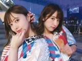 歌番組の舞台裏でおちゃめなポーズを決める白石麻衣(左)と衛藤美彩(撮影/若月佑美) =『乃木撮』より