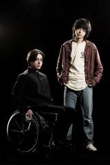 山田孝之が演じる坂上圭司は原因不明の難病で下半身の麻痺が進行し、車椅子生活を送っている設定(C)テレビ朝日