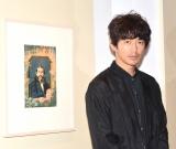 大久保利通の肖像画の前で写真撮影を行った瑛太 (C)ORICON NewS inc.