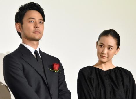 映画『妻よ薔薇のように 家族はつらいよIII』の初日舞台あいさつに出席した(左から)妻夫木聡、蒼井優(C)ORICON NewS inc.