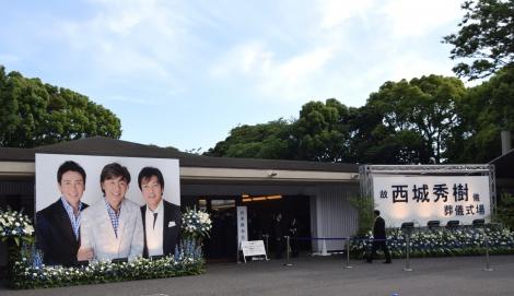 """斎場の入り口には""""新御三家""""の写真が飾られた (C)ORICON NewS inc."""