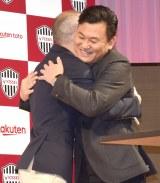 ハグするアンドレス・イニエスタ選手&楽天の三木谷浩史会長兼社長 (C)ORICON NewS inc.