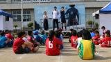 福島・猪苗代町の町立千里小学校グランドで開催された『Jヴィレッジ再始動キャラバンin会津〜新生Jヴィレッジ、再始動。7.28 みんなの夢が、動きだす〜』サッカー教室に参加した子どもたちと