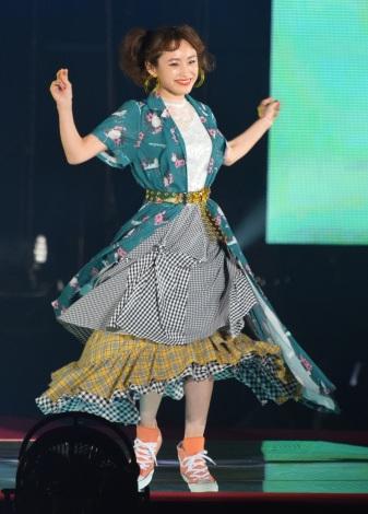 『Rakuten GirlsAward 2018 SPRING/SUMMER』に登場した高橋愛 (C)ORICON NewS inc.