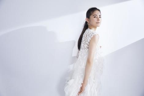 サムネイル ウエディングドレス姿を披露した小西真奈美