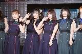 けがで活動を制限していた岩花詩乃(左)、朝長美桜(右から2人目)、秋吉優花(右)も登場(C)AKS