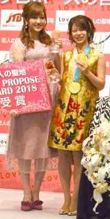 金色ドレス姿を披露した高木菜那(右)と菊地亜美 (C)ORICON NewS inc.