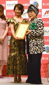 桂由美氏デザインの金色に輝くドレスをまとった高木菜那(左) (C)ORICON NewS inc.