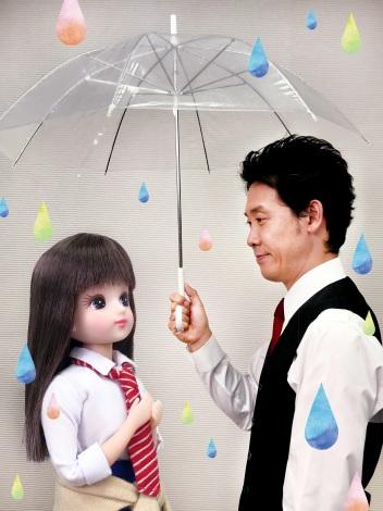 サムネイル 映画『恋は雨上がりのように』の名シーンを再現したリカちゃんと大泉洋 (C)小学館