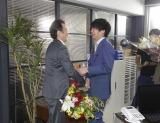 吉田鋼太郎(左)のクランクアップにマジ泣きする田中圭(右)(C)テレビ朝日