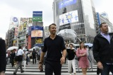 渋谷のスクランブル交差点を歩くライアン・レイノルズ