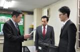 犯人逮捕につながる重要な検索結果を大岩一課長に手渡すシーン(C)テレビ朝日