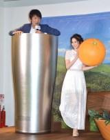 フォトスポットで撮影する(左から)千原ジュニア、河北麻友子 (C)ORICON NewS inc.