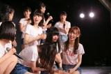 泣き崩れる荻野由佳と太野彩香(C)AKS
