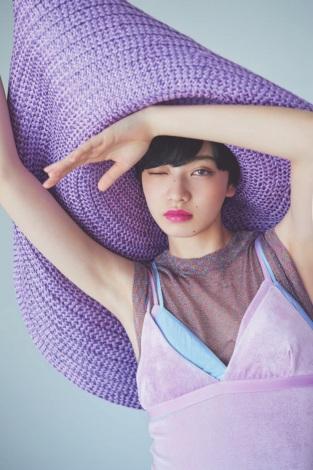 小松菜奈、レオタードスタイルで抜群の美脚を披露 恋愛観も告白 | ORICON NEWS