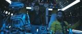ミレニアム・ファルコン号の副操縦席は「L3-37」のもの。右はランド・カルリジアン(ドナルド・グローヴァー)、後ろにいるのは若きハン・ソロ(オールデン・エアエンライク)(C)2018 Lucasfilm Ltd. All Rights Reserved.