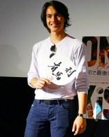 漢字で「リマウ」と書かれたウチワを手に笑顔を見せるリマウ・グリッロ・リッツベルガー