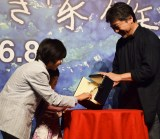 是枝裕和監督(右)からパルム・ドールのトロフィーを見せてもらった城桧吏、佐々木みゆ (C)ORICON NewS inc.