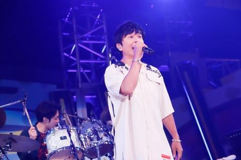 アミューズスペシャルバンドをバックにflumpoolの「星に願いを」を歌ったポルノグラフィティ岡野昭仁(撮影:山川哲矢)