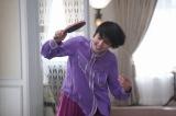 『コンフィデンスマンJP』第10話 スイートルームで卓球をする長澤まさみ (C)フジテレビ