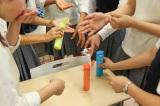 デオドラントウォーターのひんやり感を試す女子生徒たち (C)oricon ME inc.