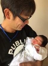 生まれたての第4子を抱く原口あきまさ(写真はブログより)