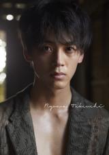 オトナの色気を魅せる竹内涼真=竹内涼真写真集「Ryoma Takeuchi」 (C)マガジンハウス