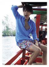 カンボジアで船に乗る竹内涼真(C)マガジンハウス