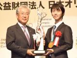 『平成29年度JOCスポーツ賞 表彰式』に出席した羽生結弦選手(右) (C)ORICON NewS inc.