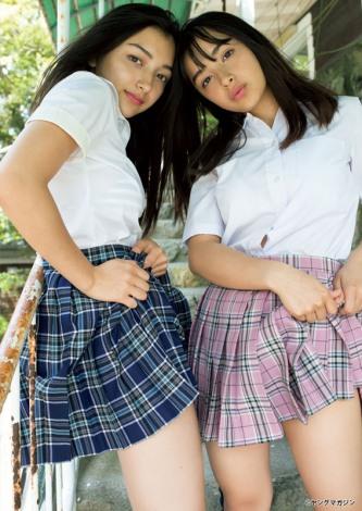 『週刊ヤングマガジン』第28号で水着デビューしたエリカ(左)&マリナ (C)小塚毅之/ヤングマガジン