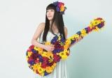 新ビジュアルで生花を1本ずつ活けた特注ギターを抱えたmiwa