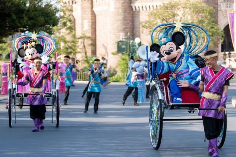 サムネイル 織姫と彦星のコスチュームをまとったミッキーとミニー。東京ディズニーランド「七夕グリーティング」(C)Disney