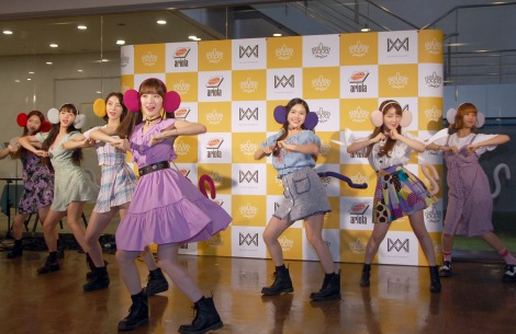 リード曲「「バナナが食べれないサル」を披露=「OH MY GIRL BANHANA」日本デビュー記者会見の模様 (C)ORICON NewS inc.