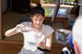 氷が張ったグラスに『コカ・コーラ クリア』を注ぐ綾瀬
