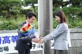 日本テレビ系連続ドラマ『正義のセ』をクランクアップさせた安田顕、吉高由里子 (C)日本テレビ