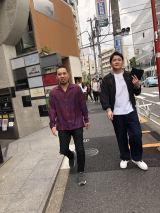 テレビ朝日で6月15日放送、『テレビ千鳥』のロケで東京・代官山を訪れた千鳥(C)テレビ朝日