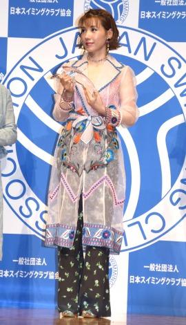 シースルー衣装の下に水着を着用してきた仲里依紗=第19回ベストスイマー2018表彰式 (C)ORICON NewS inc.