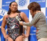 女性用ともとられる水着を着用して登場した秋山竜次=第19回ベストスイマー2018表彰式 (C)ORICON NewS inc.