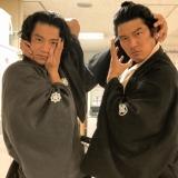 大河ドラマ『西郷どん』坂本龍馬役で7月から登場する小栗旬と主人公・西郷吉之助役の鈴木亮平がこのポーズ(C)NHK