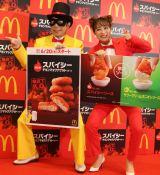 ゲッツポーズする(左から)「怪盗ナゲッツ」と鈴木奈々 (C)oricon ME inc.