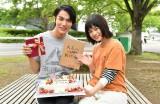 馳天馬役の中川大志(左)の誕生日を祝う、江戸川音役の杉咲花(右)(C)TBS